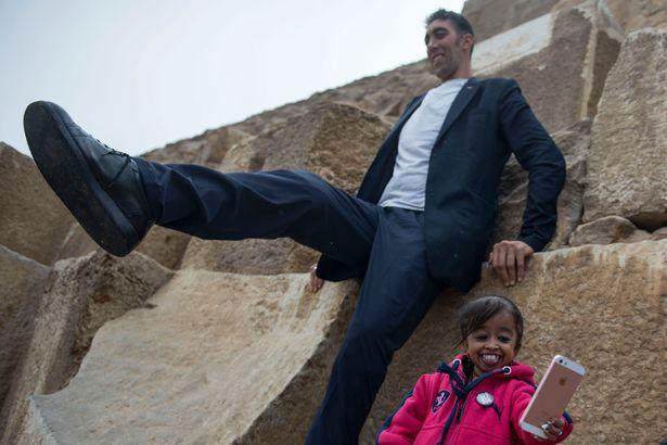 World tallest man & shortest woman visit the pyramids